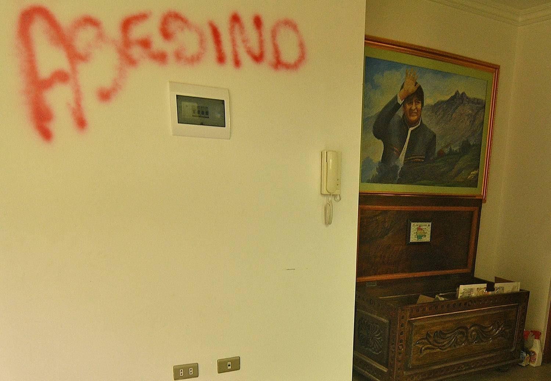 Manifestantes picharam a palavra 'assassino' em uma das paredes da casa de Evo