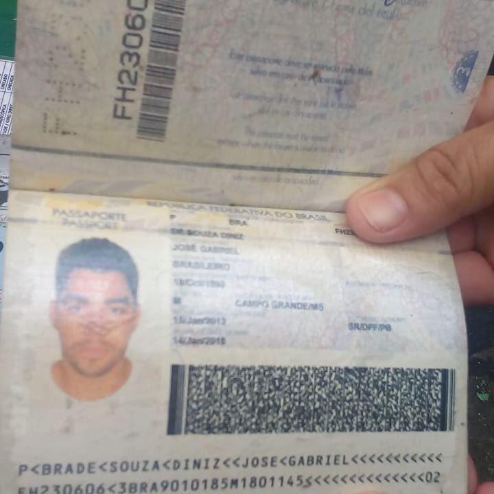 O passaporte do cantor também foi encontrado. As autoridades locais afirmam que não sabem como e onde os documentos foram localizados