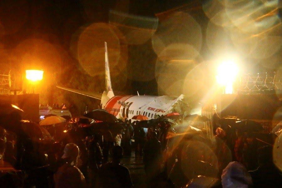 """Dezenas de homens do corpo de bombeiros e voluntários estão no local onde o <a href=""""http://noticias.r7.com/internacional/aviao-com-190-pessoas-a-bordo-se-parte-em-dois-em-aeroporto-na-india-07082020""""><b>avião da Air Express India se partiu em dois após aterrissar e sair da pista</b></a> no aeroporto de Calicute, em&nbsp;Kozhikode, no sudoeste da Índia"""
