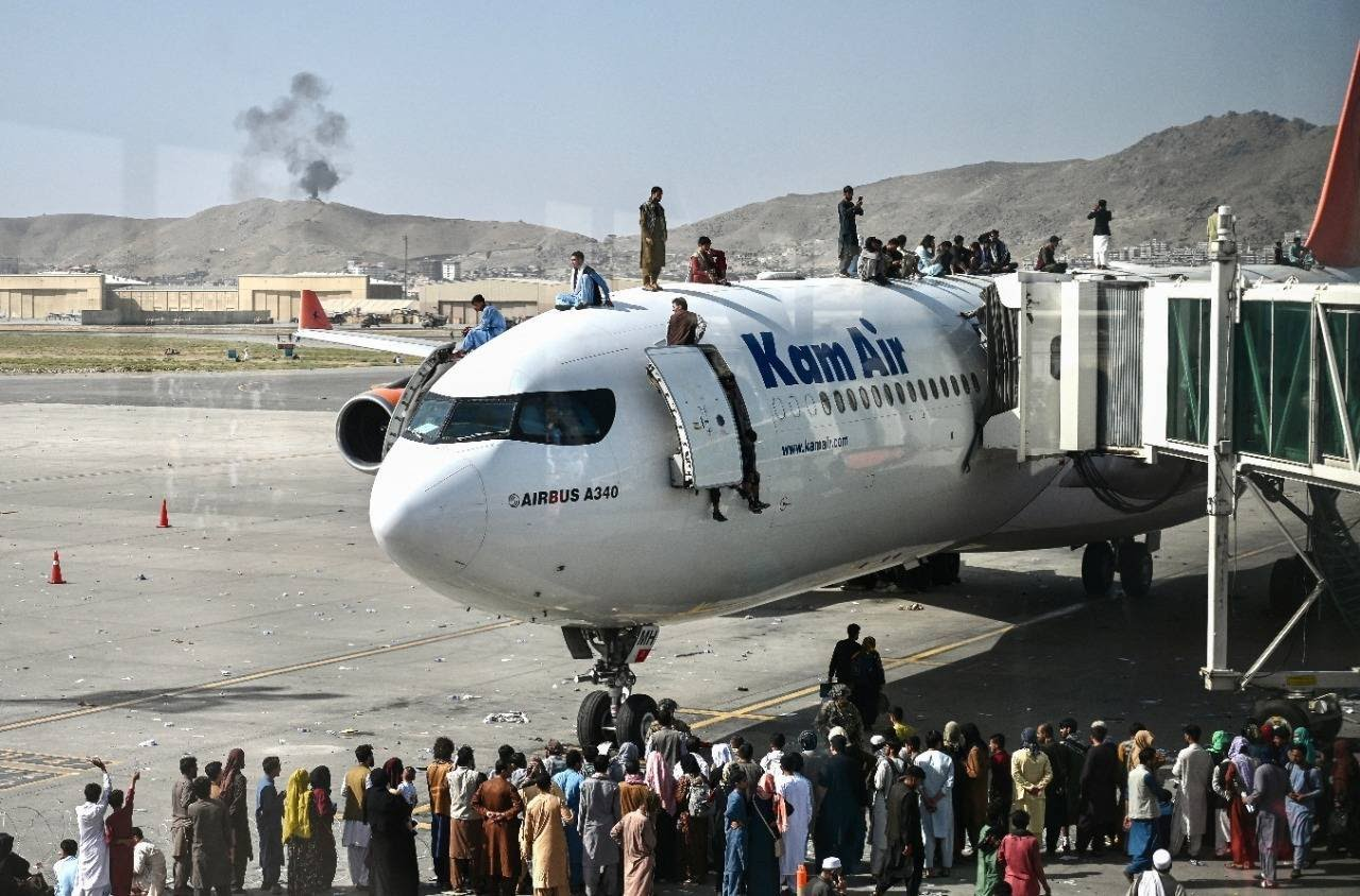 Milhares de afegãos invadiram as pistas do Aeroporto de Cabul, nesta segunda-feira (16), com a esperança de embarcar em um avião que permita a fuga do novo regime talibã.Vídeos publicados nas redes sociais mostram cenas de caos absoluto nas pistas, com civis lutando para subir nas passarelas ou escadas que levam aos aviões