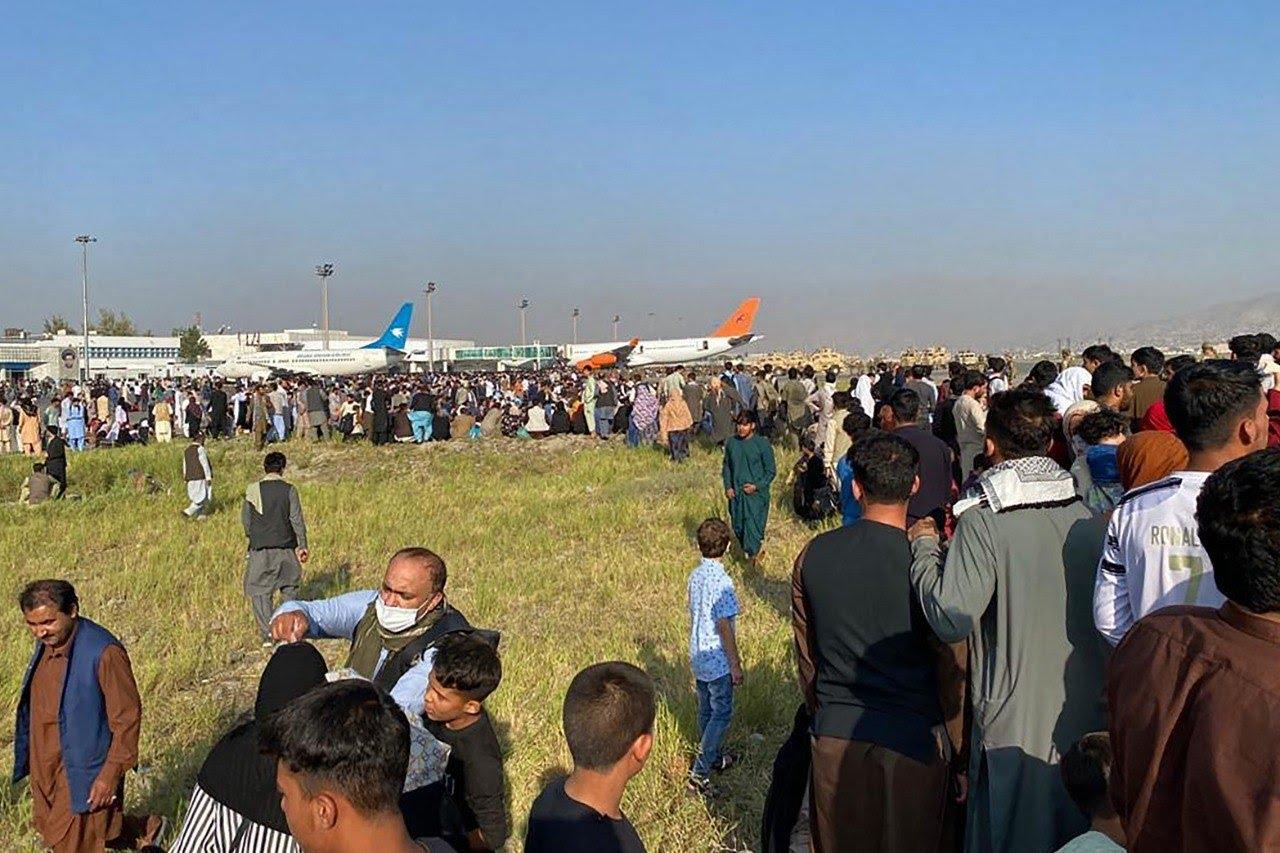 Algumas horas antes, os talibãs pediram a seus combatentes que entraram em Cabul a manutenção da ordem. Em seguida, os insurgentes ocuparam o palácio presidencial, de onde o presidente Ashraf Ghani acabara de fugir para outro país
